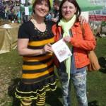 Honigrezeptbuchübergabe an Ehrenbienenpatin Jutta Fraaß