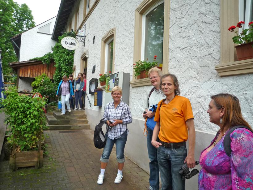 """Exkursionsgruppe vorm Gasthof """"Heerlein"""" in Wildensorg"""