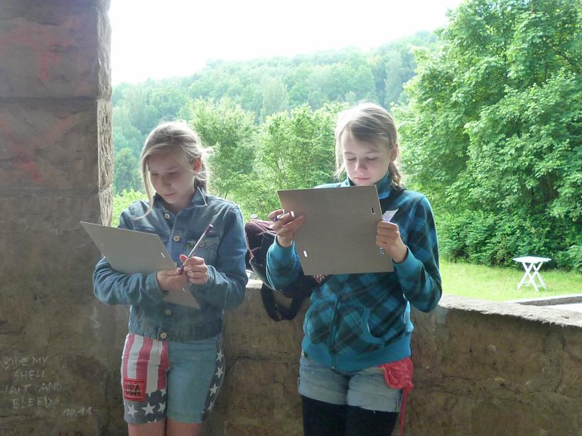 Schülerinnen beim Rätselraten