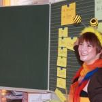 Die Schulbiene hängt Silbenwörter an die Schultafel