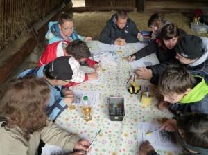 Jugendliche beim Rätseln
