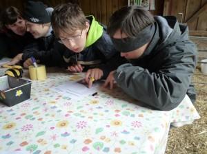 Zwei Jungen beim Ausfüllen des Mitmach-Rätsels