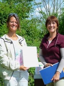 Bienenpatin Felicitas Sauer und Ilona Munique bei der Urkundenübergabe