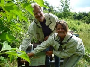 Bienenpatin Felicitas Sauer und Reinhold Burger beim Anbringen des Patenschildes
