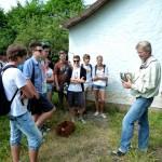 Reinhold zeigt den Schülern einen Smoker