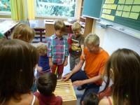 Schulimker Reinhold zeigt den Schülern die Lernbienenbeute