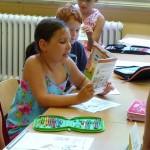 Schülerin der Hainschule liest aus einem Kinderbuch über Imkerei