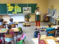 Die Bamberger Schulbiene zeigt der Klasse eine Buchseite