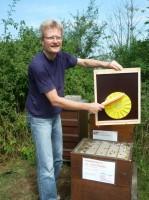 Reinhold kehrt die Bienenflucht von den restlichen Bienen ab
