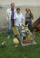 Reinhold, Ilona, Ursula am Bienen-Stand Villa Dessauer