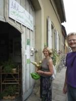 Ursula Sowa und Reinhold Burger vor dem Tor der Hofstadt-Gärtnerei Dechant