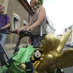 Ursula Sowa in Begleitung geflügelter Wesen (Engel und Biene)