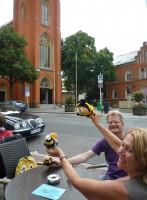 Ursula Sowa und Reinhold Burger lassen die Bienen fliegen