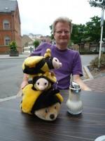 Die Bamberger Bienen-Stadtmusikanten: Reinhold Burger vor drei Bienenplüschies