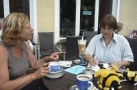 Ursula Sowa und Ilona Munique im Eiscafe