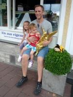 Eddy Weiss und Kinder mit Engel vor Wunderburger Eisdiele
