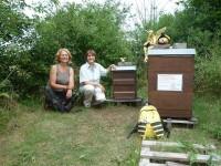 """Ursula Sowa und Ilona Munique am Bienenstandort """"Buger Wiese"""""""