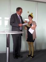Klaus Rubach überreicht der Bamberger Schulbiene den Spendenumschlag