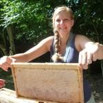 Amelie Anthonsen hält eine Honigwabe hoch