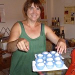 Ilona serviert Riffelmacher Joghurt-Eis mit frisch gezapfen Honig