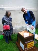 """Bienenpatin Dr. Regina Hanemann und Reinhold Burger am Lagenstandort """"Villa Dessauer"""""""