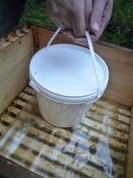 Noch geschlossener Zuckerwasserbehälter