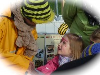 Kind begegnet der Bamberger Schulbiene