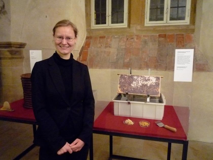 Dr. Sophie Seher vor unseren Exponaten