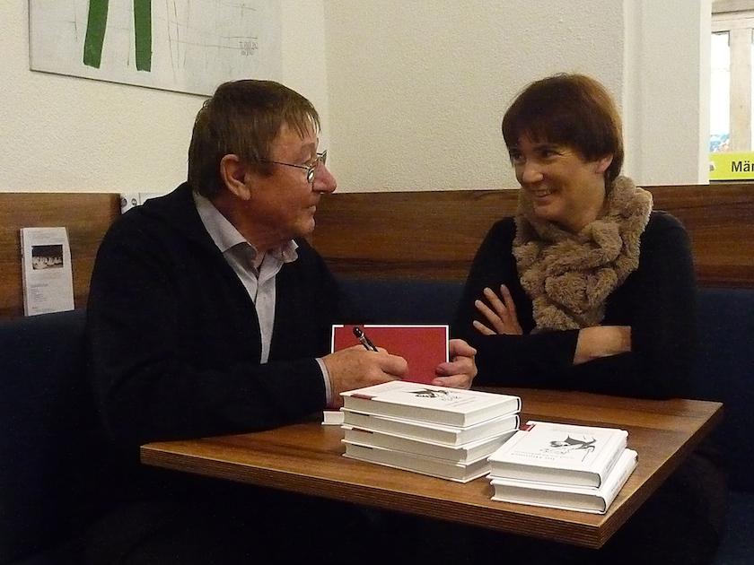 Klaus Karger signiert sein Buch