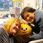 Bienentrolley, umrahmt von Spenderin Sabine Saam und Ilona
