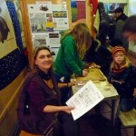 Jeannette hilft beim Rätseln und Basteln am Stand