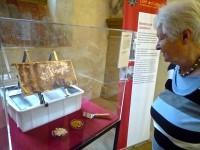 Bienenpatin Elisabeth vor unseren Exponaten im Historischen Museum