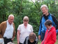 Imker Hartmann, Dr. Christa Horn, Reinhold Burger mit KHG-Bienen-AG