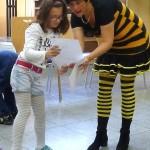 """""""Habe ich alles richtig gemacht"""" – Schülerin und Schulbiene kontrollieren das Arbeitsblatt"""