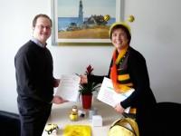Die Bamberger Schulbiene überreicht die Urkunde an Bienenpate Jan Schiffers