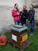 Bienenpatin Ruth Vollmar mit Tochter Klara (li.) u. Freundin