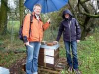 Reinhold Burger und Michael Alt mit Bienenpatenbeute