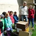 Hortkinder und Bienenpatin Dr. Regina Hanemann an der offenen Lehrbeute/Patenbeute