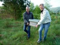 Nikolaus und Reinhold tragen den Ablegerkasten