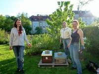Klara, Reinhold Burger und Patin Ruth vor den zwei Bienenkästen