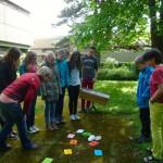 Schüler stehen vor einem Farb-Experiment