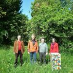 Gruppe vor Bienenbeute am gefundenen Standort