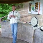 Reinhold Burger erläutert die Wachstumsphasen von Honigbienen