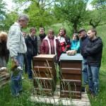VHS-Teilnehmende und Reinhold Burger vor den Bienenbeuten