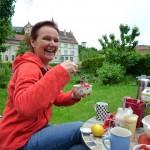 Kaffeekränzchen mit Bienenpatin Ruth Vollmar im Garten am Schiffbauplatz