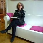 Entspannte Museums-Hausherrin Dr. Regina Hanemann auf Couch