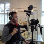 Arno Schimmelpfennig mit Kamera im Alten Rathaus, Sammlung Ludwig