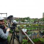 Arno Schimmelpfennig mit Kamera in Hofstadtgärtnerei