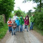 Gruppe auf dem Weg zur Lehrbienenbeute