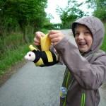 """Kind mit Plüschbiene, das Maskottchen der """"Bamberger Schulbiene"""""""